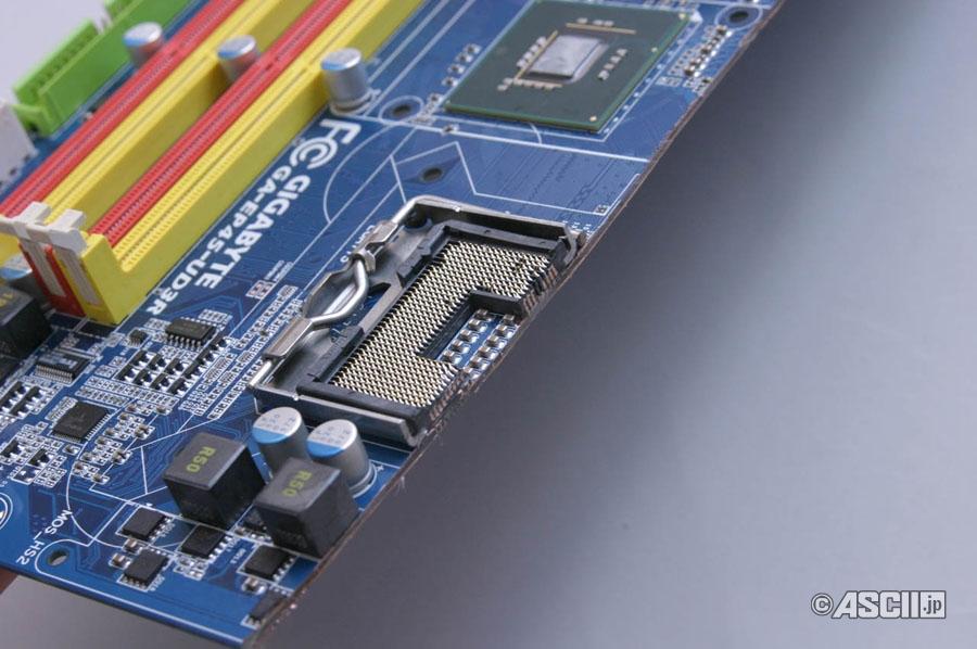 LGA775 보드의 잘린 반대쪽 단면