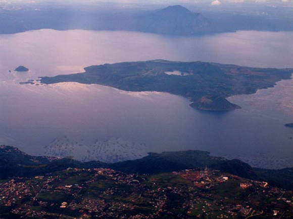 타알 호수와 타알 화산 옆 분지 호수